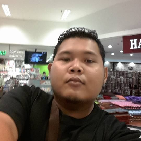 Noraidi Safuan Noor Arifin in a selfie at a mall. He is a young man with tanned skin, a round face and stylised hair.