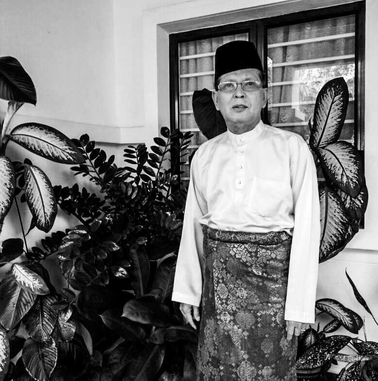Shaharom Mohd Yusoff memakai baju melayu lengkap dengan samping dan songkok.