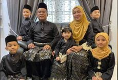 Mohd Nasir Tahal and Ida Haryanie Abdul Razak with their five children - two girls and three boys, aged 3 to 11. They are wearing their Hari Raya clothes.
